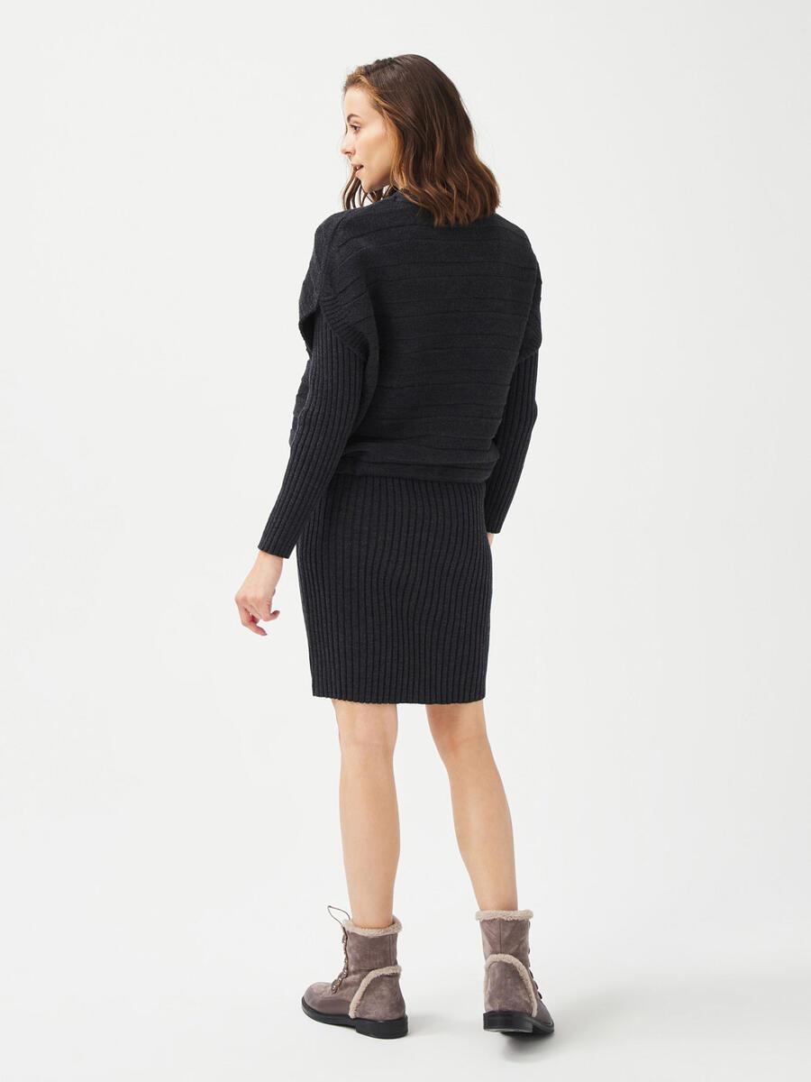 Dik Yaka Rahat Kesim Triko Elbise